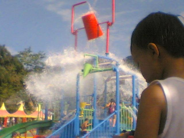 Fahri di depan kolam tumpah