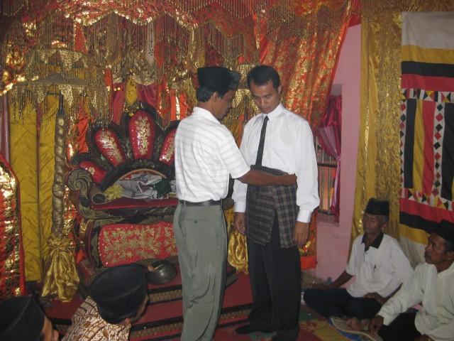 Didandani dengan pakaian Adat Minang